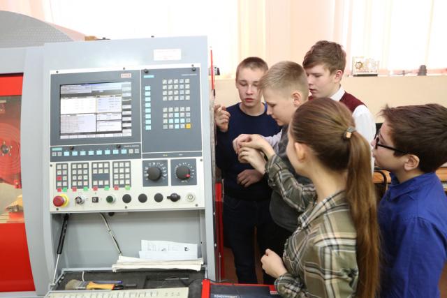 Уже более 100 томских школьников в ТПУ попробовали себя в роли дизайнеров, конструкторов и операторов станков с ЧПУ